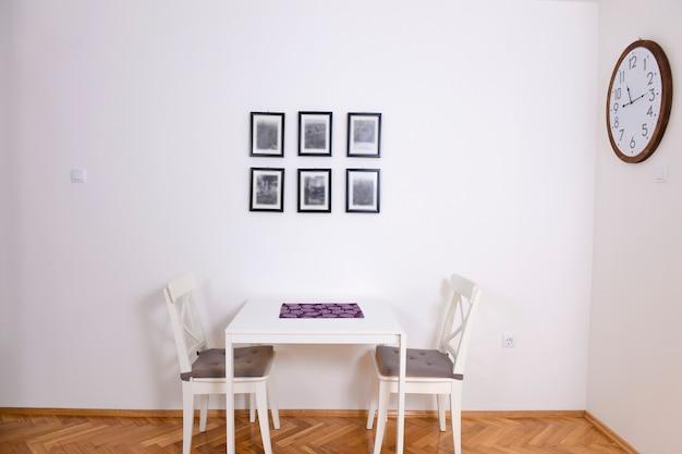 Eetkamer met een tafel voor twee in een gerenoveerd appartement