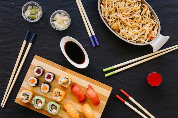 Eetstokje dichtbij sushi en noedels