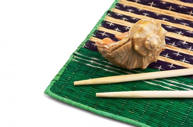 Eetstokjes en schelpen geïsoleerd