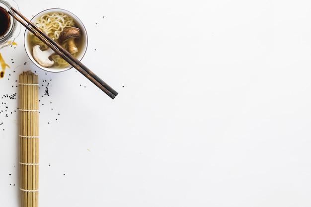 Eetstokjes op noedelsoep