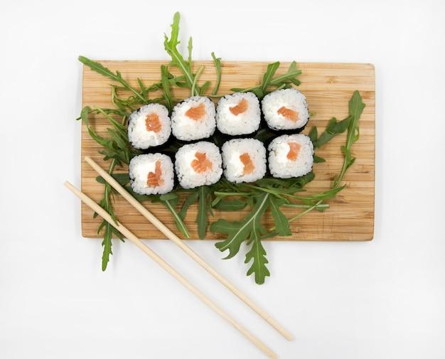 Eetstokjes sushi set geïsoleerd op een witte achtergrond