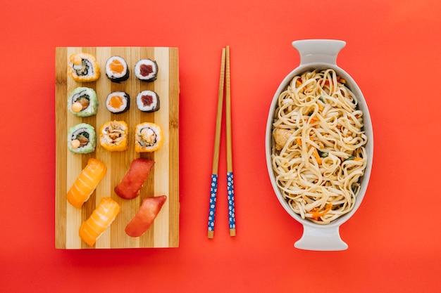 Eetstokjes tussen sushi en noedels