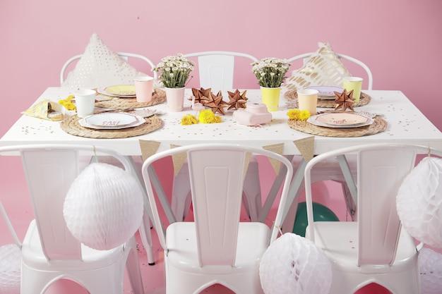 Eettafel decoratie-ideeën voor roze verjaardagsfeestje