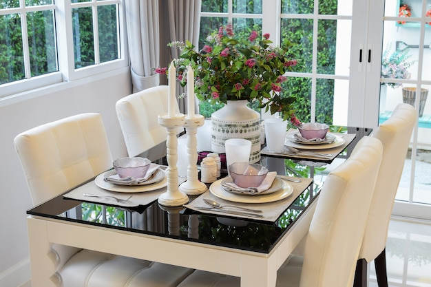 Eettafel en comfortabele stoelen in vintage-stijl met elegan