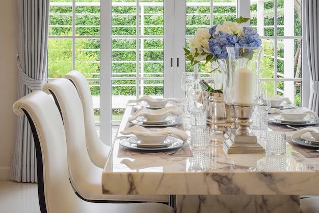 Eettafel en comfortabele stoelen in vintage stijl met elegante tafel