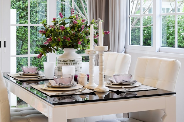 Eettafel en comfortabele stoelen in vintage stijl