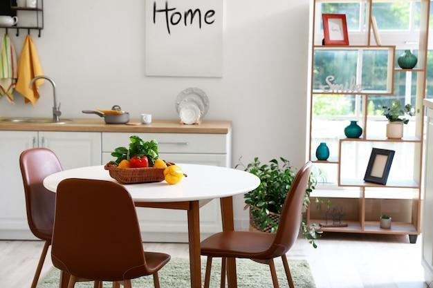 Eettafel in interieur van moderne keuken