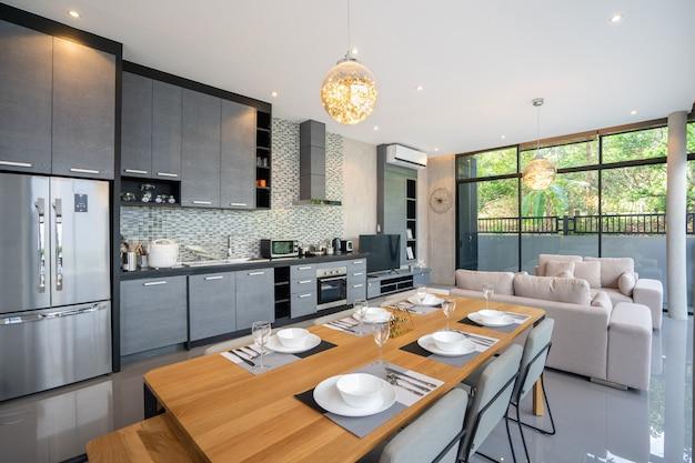 Eettafel in open keuken volledig ingerichte kitchenette