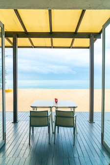 Eettafel in restaurant met zee strand achtergrond