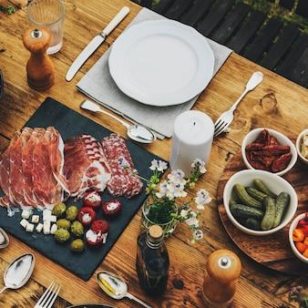 Eettafel instellen voedselconcept