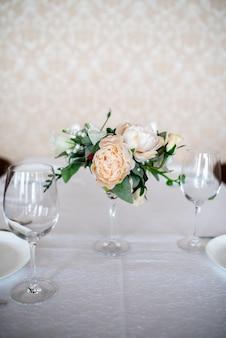 Eettafel instelling versierd met bloemen.