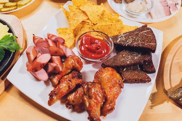 Eettafel met verschillende snacks en salades