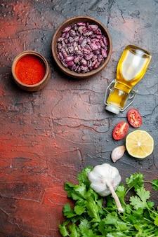 Eettafel peper knoflook citroen en greens en bonen op gemengde kleurentafel