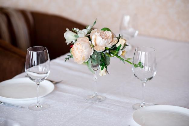 Eettafel setting versierd met bloemen.
