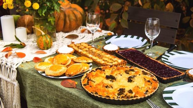Eettafel voor een vakantie met het gezin in de achtertuin in de herfst.