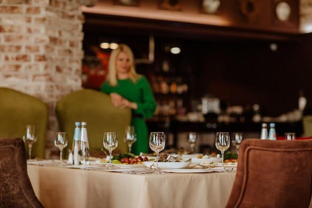 Eettafelkleed met eten en glazen in het restaurant. kopieer ruimte.