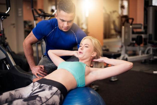 Effectieve sit-ups op fitnessbal