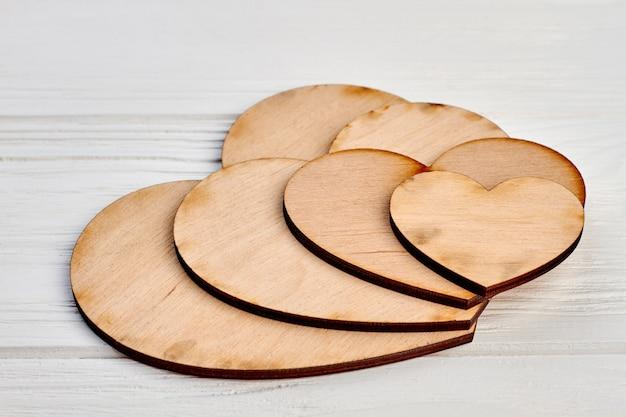 Effen houten harten voor ambachten. aantal lege harten gemaakt van hout.