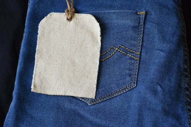 Effen kledinglabelmodel op jeansachtergrond