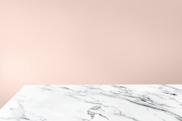 Effen pastel oranje muur met witte marmeren tafelproductachtergrond