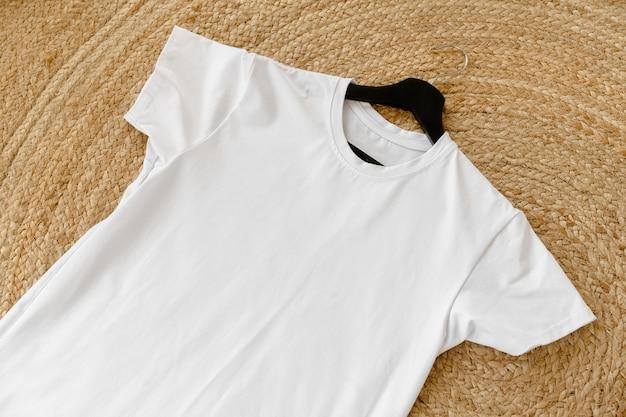 Effen wit katoenen t-shirt op hanger voor uw ontwerp, kopieer ruimte