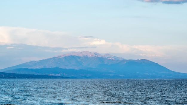 Egeïsche zee en een berg zichtbaar in de verte in griekenland