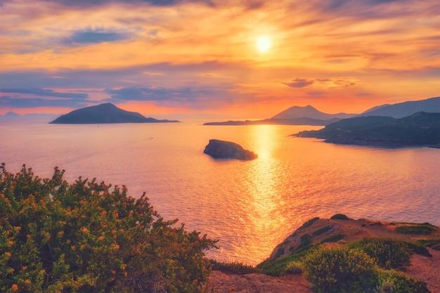 Egeïsche zee met uitzicht op de eilanden bij zonsondergang