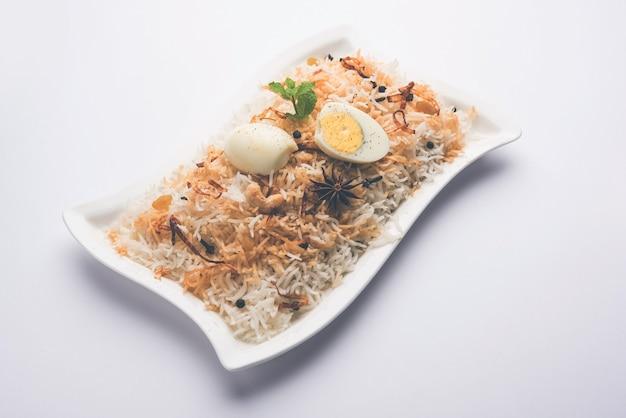 Egg biryani - basmati rijst gekookt met masala geroosterde eieren en kruiden en geserveerd met yoghurt, selectieve focus