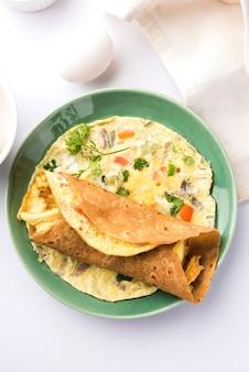 Egg chapati - omelet roll of franky. indiaas populair, snel en gezond recept voor kindertiffin of lunchbox. geserveerd op humeurige achtergrond. selectieve focus