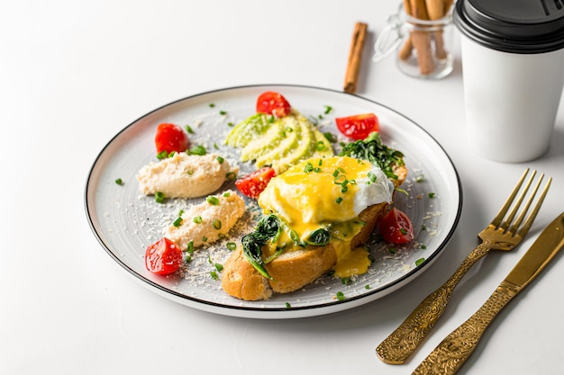 Eggs benedict met kip paté en avocado
