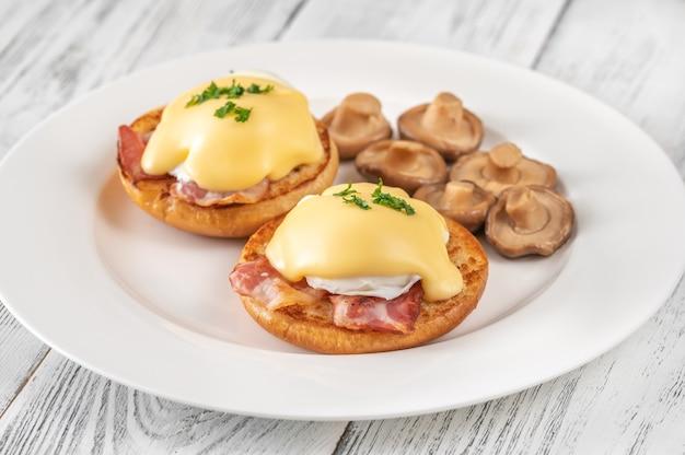 Eggs benedict met spek en champignons