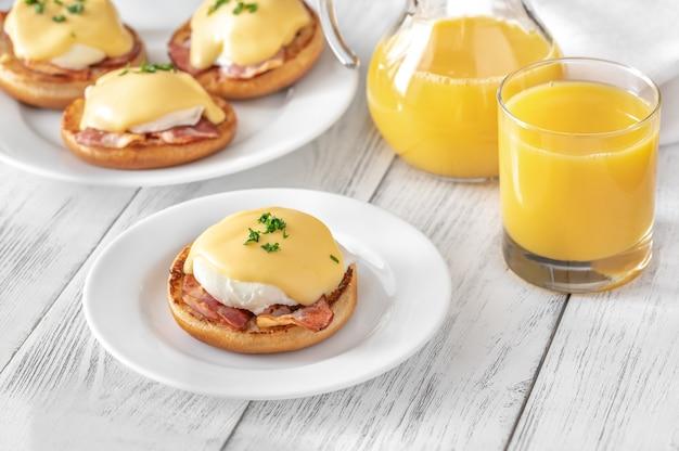 Eggs benedict met spek op een witte plaat
