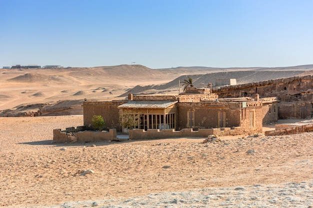 Egypte, een verlaten gebouw in het zand van de giza-vallei,