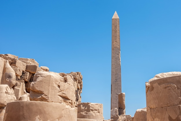Egypte, luxor - 11 april 2021: oude ruïnes van de karnak-tempel in luxor (thebe), egypte. het grootste tempelcomplex uit de oudheid ter wereld. unesco wereld erfgoed.
