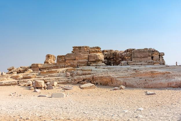Egypte, oude gebouwen in het zand van de giza-vallei,