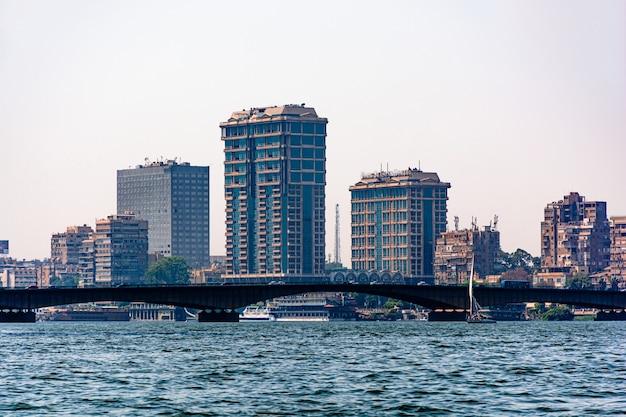 Egypte, uitzicht op de stad caïro vanaf de kant van de rivier de nijl