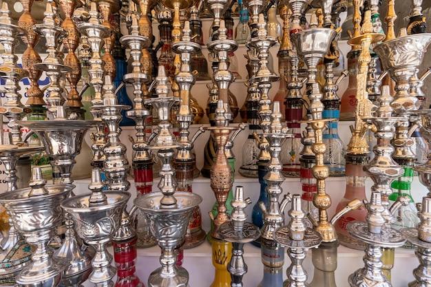 Egypte. verkoop van waterpijpen in de oostelijke bazaar. veel verschillende waterpijpen van grote en kleine maten gemaakt van glas op de markt in egypte