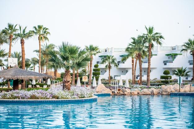 Egyptisch tropisch hotel met zwembad