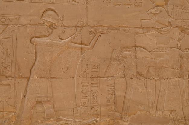Egyptische gravures bij de tempel van luxor