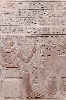 Egyptische hiërogliefen en oude tekeningen op kleitabletten en papyri achtergrond de kunst van egypte en...