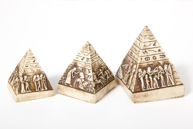 Egyptische piramides met afbeeldingen op een witte achtergrond