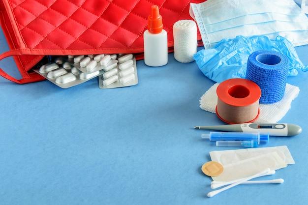 Ehbo-doos op blauw. ehbo-medicijnen.