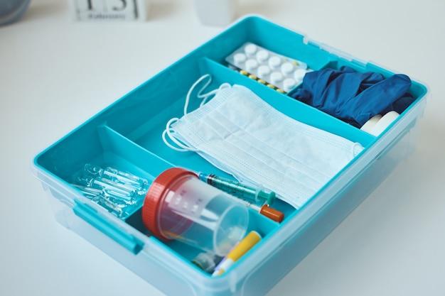 Ehbo-kit close-up. home medicijndoos met medische artikelen. gezondheidszorg en geneeskunde concept.