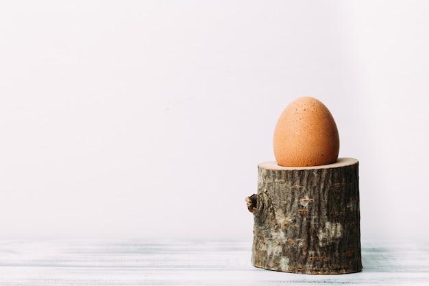 Ei dat zich op rustiek houten eierdopje bevindt