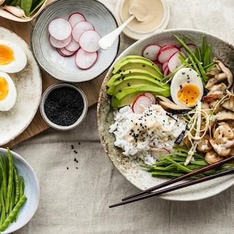 Ei en garnalen geserveerd met tahinisaus in platliggende fotografiestijl