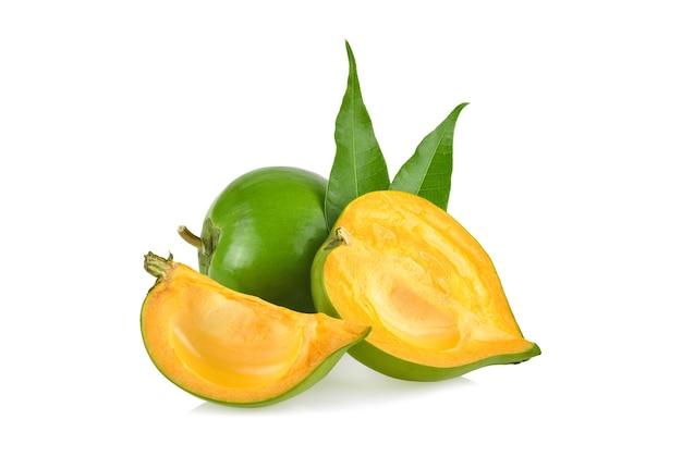 Ei fruit, canistel, gele sapote (pouteria campechiana (kunth) baehni) geïsoleerd op witte achtergrond