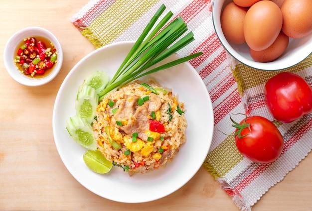 Ei gebakken rijst met ingrediënten