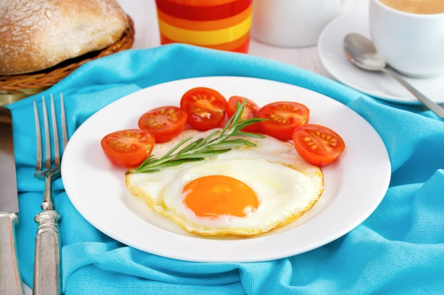 Ei met tomaat op de plaat met brood en sap