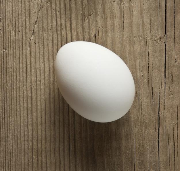 Ei op een houten achtergrond
