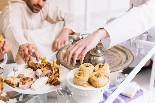 Eid al-fitr concept met arabische gerechten en vrienden